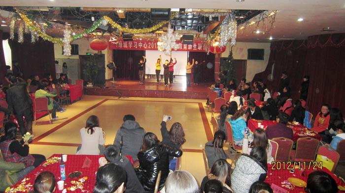 2012秋河南电大绿城学习中心新生联谊会之多人舞蹈